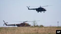 Helikopter Militer Rusia sedang latihan terbang di dekat Novocherkassk, wilayah Rostov, sekitar 50 kilometer dari perbatasan Ukraina-Rusia (Foto: dok). Rusia telah mengundang diplomat dari 18 negara untuk mengunjungi wilayah ini, Selasa (15/7).