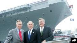 Dva bivša predsednika SAD, Džordž Buš stariji (levo), Džordž Buš (centar) i bivši guverner Floride, Džeb Buš (arhiva)
