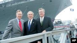 ABŞ-ın keçmiş prezidentləri Corc Herbert Buş (solda), Corc Buş (ortada), Florida ştatının keçmiş qubernatoru Ceb Buş (sağda)