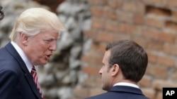 Le président français Emmanuel Macron, à gauche, discute avec son homologue américain Donald Trump en marge du sommet G7 en Italie, 26 may 2017.