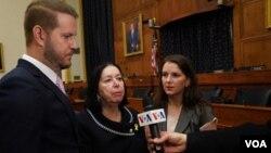 از راست سارا (فرزند) کریستین (همسر) و دانیل (فرزند) رابرت لوینسون در گفتوگو با صدای آمریکا