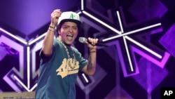 Bruno Mars trên sân khấu buổi hòa nhạc Jingle Ball ở Los Angeles tháng 12/2016.
