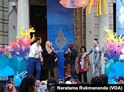 Penyanyi dangdut warga Amerika di Indonesia Street Festival di 68th Street antara Madison Avenue dan Fifth Avenue, Manhattan, New York, 25 Agustus 2018. (Foto: Naratama Rukmananda/VOA)