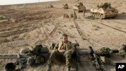 2003-yil, 27-martda olingan suratda britaniyalik askarlar Basradagi jangga tayyorlanmoqda.