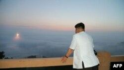ຜູ້ນຳເກົາຫຼີເໜືອ Kim Jong-Un ກວດກາເບິ່ງ ການຊ້ອມຍິງຈະຫຼວດບັ້ນນຶ່ງ ໃນຮູບທີ່ບໍ່ບອກວ່າ ຖ່າຍຕອນໃດ.