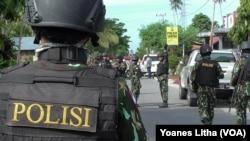 Pengamanan oleh Aparat Brimob di depan Polsek Poso Pesisir Selatan pasca peristiwa kontak tembak antara TNI Polri dengan dua pelaku jaringan Santoso (9/2). (VOA/Yoanes Litha)