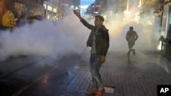 Cảnh sát Thổ Nhĩ Kỳ bắn hơi cay và dùng vòi rồng để giải tán người biểu tình.