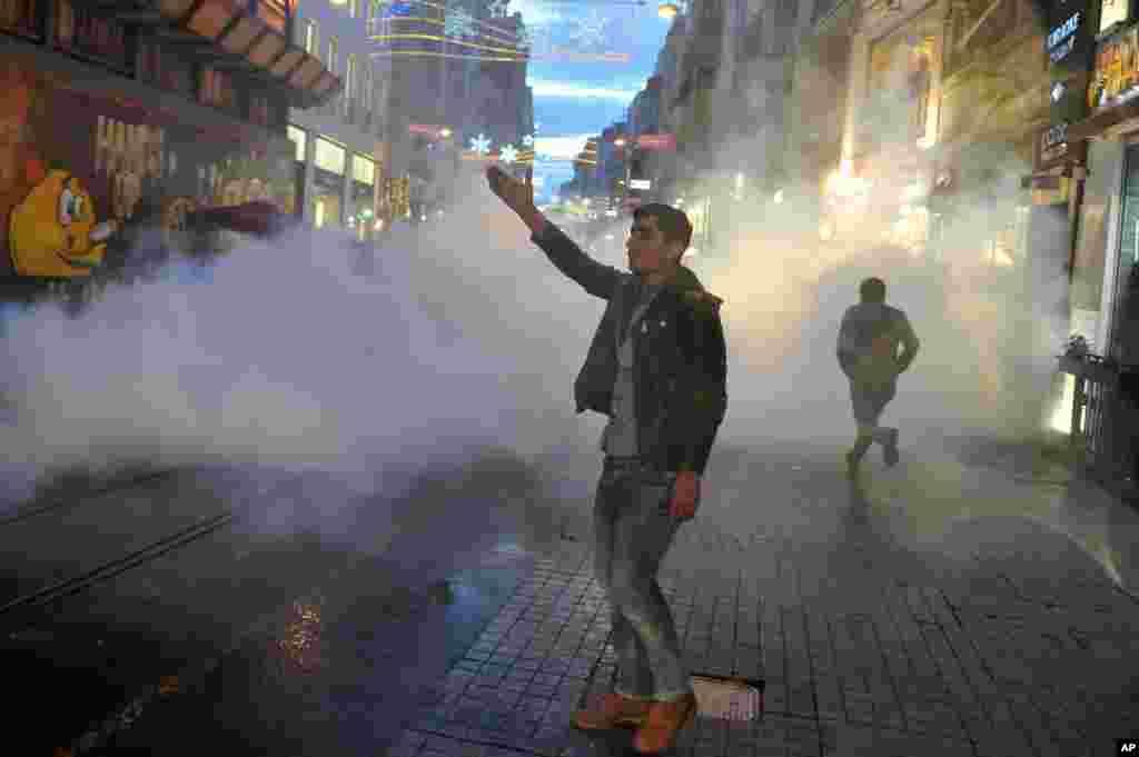 Tahir Elçi'nin öldürülmesinin ardından İstanbul'da çıkan gösterilere polis müdahale etti.