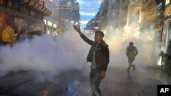 Cảnh sát dùng hơi cay để giải tán những người biểu tình việc giết hại ông Tahir Elci, một luật sư về nhân quyền có tiếng của Thổ Nhĩ Kỳ, 28/11/2015.
