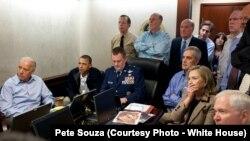 Tổng Thống Obama, Phó Tổng Thống Biden cùng các quan chức cao cấp khác trực tiếp theo dõi diễn biến cuộc đột kích tiêu diệt Osama bin Laden