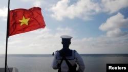 Một lính hải quân canh gác trên đảo Thuyền Chài ở Trường Sa. Nghị quyết mới nhất của Đảng Cộng sản nhắm mục tiêu đưa Việt Nam trở thành một cường quốc biển vào năm 2030.