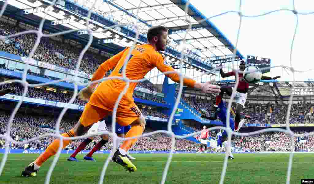 بازی تیم های فوتبال چلسی و منچستر یونایتد در بریتانیا با نتیجه ۲ بر ۲ مساوی شد. این دیدار مثل بازی های قبلی دو تیم پر تنش بود.