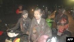 Dân làng bỏ nhà đi lánh nạn sau đợt phun trào mới của núi lửa Merapi ở Indonesia, ngày 5 tháng 11, 2010