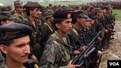 Para anggota pasukan pemberontak utama Kolombia, FARC (foto: dok).