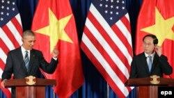 바락 오바마(왼쪽) 미국 대통령이 지난 5월 베트남을 방문해 쩐 다이 꽝 국가주석과 회담한 뒤 하노이에서 공동회견을 진행하고 있다. (자료사진)