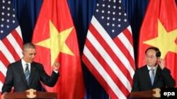 លោកប្រធានាធិបតីវៀតណាម Tran Dai Quang (ស្តាំ) និងលោកប្រធានាធិបតីសហរដ្ឋអាមេរិក Barack Obama (ឆ្វេង) ថ្លែងសុន្ទរកថាក្នុងសន្និសីទកាសែតនៅមជ្ឈមណ្ឌលសន្និបាតអន្តរជាតិក្រុងហាណូយ ប្រទេសវៀតណាមថ្ងៃទី២៣ ខែឧសភា ឆ្នាំ២០១៦។ EPA/LUONG THAI LINH / POOL