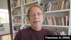 Escritor afirma que tal resposta não corresponde à relação história entre Brasil e Mocambique