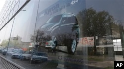 Suasana di sebuah pusat penjualan mobil di Milan, Italia (Foto: dok). Asosiasi pabrik mobil Eropa (ACEA) melaporkan bahwa penjualan mobil turun 6,6 persen untuk paruh pertama tahun ini dibandingkan periode yang sama tahun lalu.