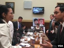 民主黨眾議員華金·卡斯特羅向李淨瑜致意(美國之音鐘辰芳拍攝)