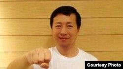唐吉田声援广州被捕维权人士郭飞雄(博讯网图片)