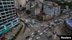 Situasi lalu lintas yang padat di persimpangan Shwegontai di Rangoon, Myanmar.