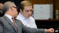 James Jackson, à droite, s'entretient avec son avocat au tribunal, New York, le 23 janvier 2019.