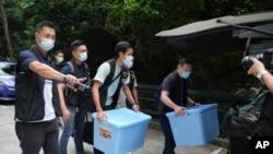 香港警察突襲搜查港大學生會辦公室,查抄了數箱文件。(2021年7月16日)
