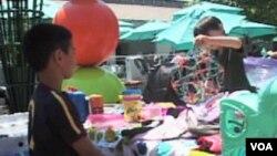 Prodavac i kupac na buvljoj pijaci za djecu u Pasadeni, u Kaliforniji