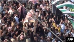 Prizor sa sahrane jednog od antivladinih demonstranata ubijenih u sirijskom gradu Homsu