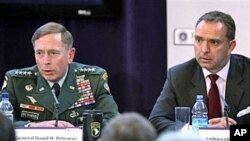 Gen. David Petraeus, top US and NATO commander (L), and Ambassador Mark Sedwill, NATO Senior Civilian Rep. in Afghanistan address discuss 'The International Mission in Afghanistan' at the United Services Institute in London, 15 Oct 2010