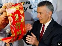2016年2月3日,在马尼拉,有新闻工作者把中国春联送给美国驻马尼拉大使古德伯格