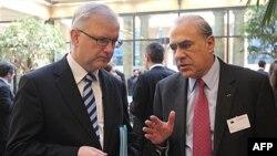 Anhel Gurija, generalni sekretar Organizacije za evropsku saradnju i razvoj-OECD (desno) sa evropskim komesarom za ekonomske poslove, Olijem Renom u Briselu, 27. mart 2012.