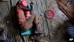 Un enfant talibé dormant par terre dans un bâtiment insalubre à Dakar, au Sénégal, le 31 août 2010