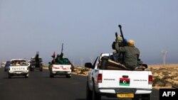 Sirte'ye ilerleyen isyancı konvoyları