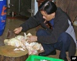 香港菜市场仍有冻鸡出售,但买者不多。