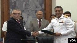 امریکی اور پاکستانی عہدے دار تاریخی مسودے پر دستخط کرنے کے بعد مڈافحہ کرتے ہوئے۔