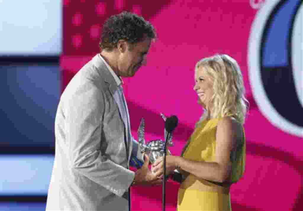 Well Ferrell recibe, de la actriz Amy Poehler, el premio Do Something a artista de comedia.