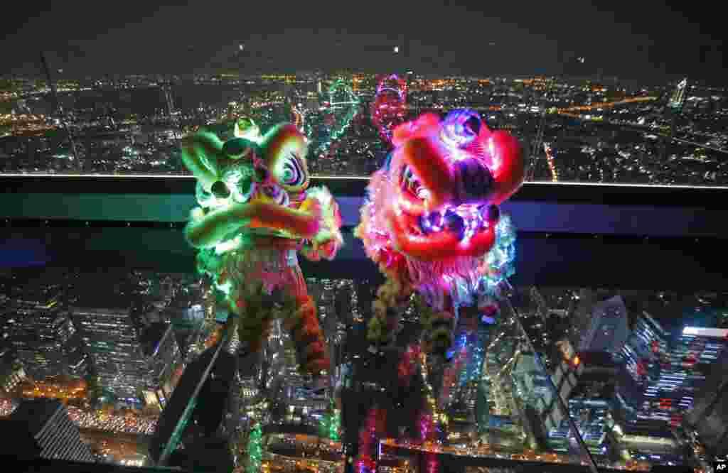 از سه شنبه سال نو چینی آغاز می شود و بر فراز این ساختمان بلند در پایتخت تایلند، دو عروسک به شکل شیر با لامپ های ال ای دی، قرار داده شده است.
