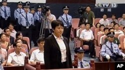 지난 8월 영국인 사업가 닐 헤이우드 살해 혐의로 법정에 선 중국 보시라이 전 충칭시 당 서기 부인 구카이라이. (자료사진)