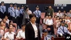 中國的中央電視台畫面顯示薄熙來妻子谷開來(中間站立者)星期四在合肥市中級人民法院出庭受審