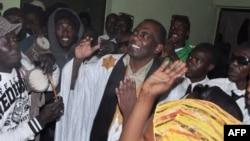 Le militant anti-esclavagiste mauritanien Biram Ould Dah Ould Abeid (au centre) est accueilli par ses soutiens à la cour suprême de Nouakchott, Mauritanie, le 17 mai 2016.