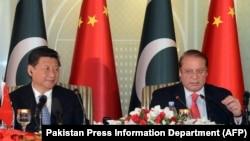 ປະທານປະເທດ ຈີນ ທ່ານ Xi Jinping (ຊ້າຍ) ແລະ ນາຍົກລັດຖະມົນຕີ ປາກິສຖານ ທ່ານ Nawaz Sharif ກ່າວຖະແຫລງຕໍ່ ບັນດານັກຂ່າວ ຢູ່ທີ່ ທຳນຽບນາຍົກລັດຖະມົນຕີ ໃນນະຄອນຫລວງ Islamabad, ວັນທີ 20 ເມສາ 2015.