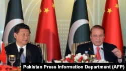 Chinese President Xi Jinping, left, and Pakistan's Prime Minister Nawaz Sharif address reporters at the prime minister's house in Islamabad, April 20, 2015.