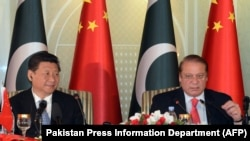 Presiden China Xi Jinping (kiri) dan PM Pakistan Nawaz Sharif di Islamabad, 20 April 2015.