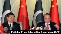 中国主席习近平和巴基斯坦总理谢里夫在伊斯兰堡开记者会(2015年4月20日)