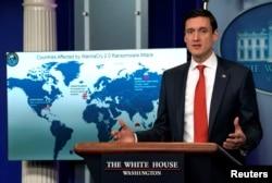 """资料图:川普总统的国家安全顾问汤姆·博赛特2017年12月19日在白宫举行的一次记者会上公开谴责朝鲜进行所谓的""""想哭""""(WannaCry)勒索软件攻击。"""