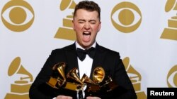 """Sam Smith ຖ່າຍຮູບກັບ 4 ລາງວັນ ອັນມີ: Best New Artist, Best Pop/Vocal Album for """"In the Lonely Hour"""" and Song of the Year and Record of the Year for """"Stay With Me"""" in the press room at the 57th annual Grammy Awards in Los Angeles, California, Feb. 8, 2015."""