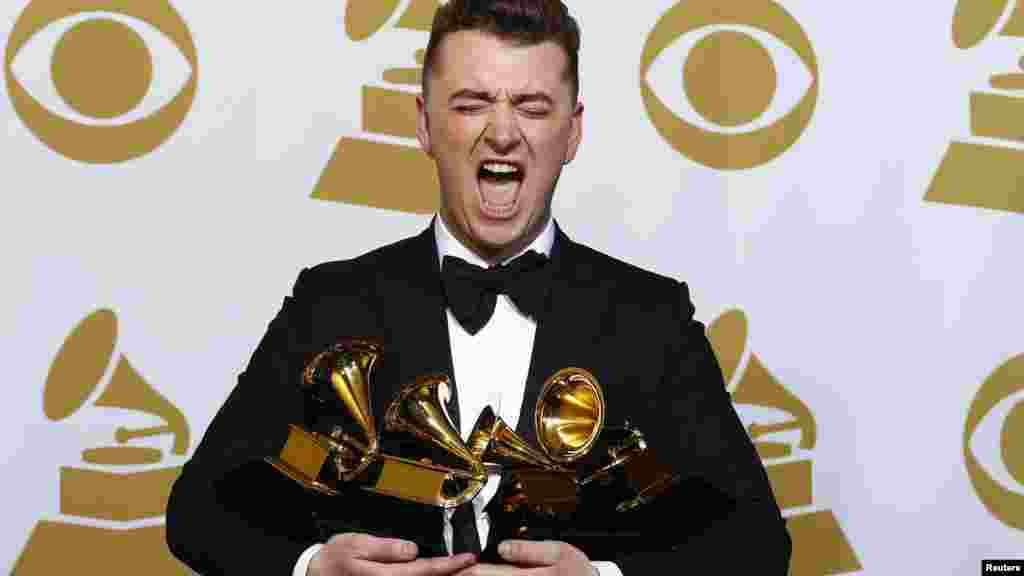 Sam Smith posa con sus premios.