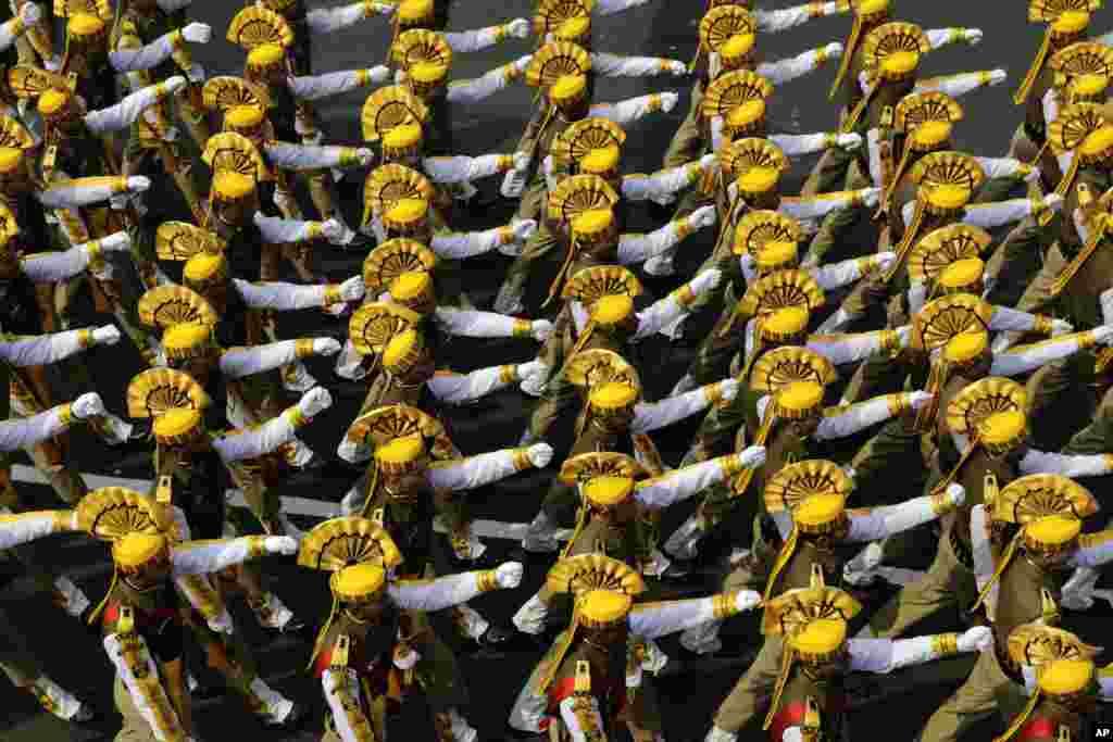ទាហាននៃកងកម្លាំងពិសេស Central Reserve Police Force របស់ឥណ្ឌាដើរក្បួន ក្នុងពេលហាត់សមដោយមានស្លៀកសម្លៀកបំពាក់ជារ៉ូប សម្រាប់ការដើរក្បួននៃទិវា Republic Day ក្នុងក្រុង Kolkata ប្រទេសឥណ្ឌា។