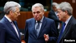 14일 벨기에 브뤼셀에서 열린 유럽연합 외교장관 회의에서 벨기에의 디디에 레인덜스 장관(왼쪽부터), 프랑스의 장 마르크 에로 장관, 이탈리아의 파올로 젠티리오니 장관이 대화하고 있다.